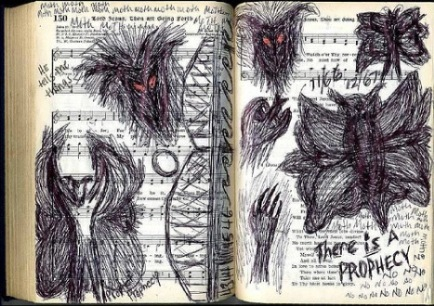 """Desenho feito em partitura musical por uma das primeiras testemunhas: """"Mariposa"""", """"Ele me conta coisas"""", """"Há uma profecia"""" e """"Não"""" (Foto: Mothmen.us)"""