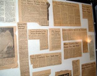 Reportagens em jornais locais destacam OVNis e a criatura (Foto: Mothmen.us)