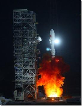 Decolagem do Longa Marcha 3C com a sonda Chang'e-2 (Foto: AFP)