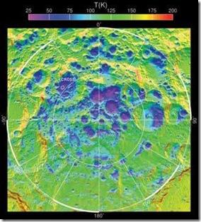 Média anual de temperatura no pólo sul da Lua; local de impacto da LCROSS demarcado (Foto: Science/AAAS)
