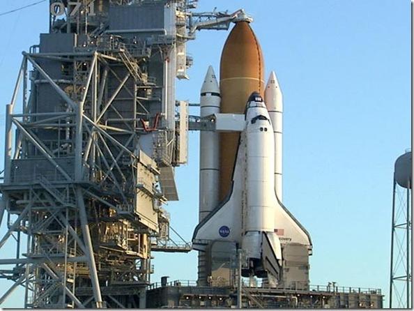 Discovery na plataforma de lançamento (Foto: NASA)