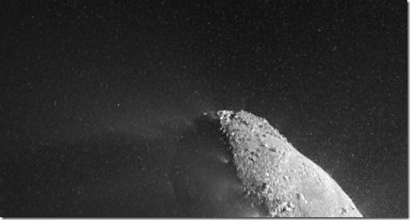 Foto do núcleo do Hartley 2 em 04/11/2010 mostrando uma nuvem de partículas de gelo; a foto foi tirada quando a Deep Impact estava em sua aprozimação máxima do cometa (Foto: NASA/JPL-Caltech, UMD)
