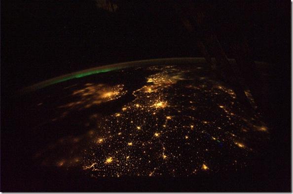 Fotografia a partir da ISS mostrando a Europa e auroras à noite (Foto: Douglas Wheelock)