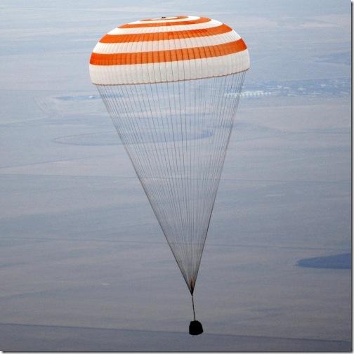 Soyuz TMA-19 pouco antes do pouso (Foto: AP)