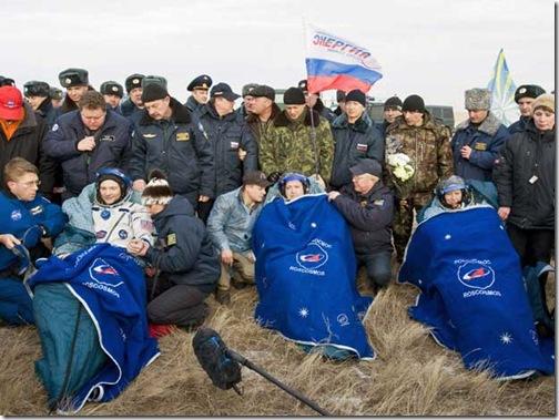 Tripulantes após airem da cápsula (Foto Shamil Zhumatov - Reuters)