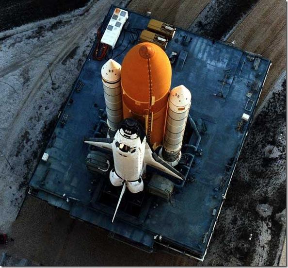 Discovery sendo transportado para plataforma de lançamento (Foto: NASA)