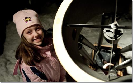 Kathryn Gray posa ao lado do telescópio da família (Foto: AP)