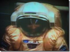 Diego Urbina durante simulação de caminhada em Marte (Foto: Natalia Kolesnikova / AFP Photo)