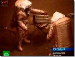 Urbina e Smoléyevski simulam caminhada em Marte (Foto: EFE)