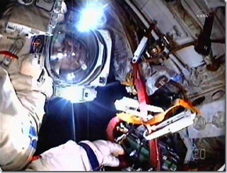 Cosmonauta durante caminhada espacial nesta quarta (16) (Foto via R7)