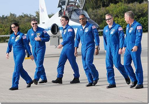Tripulação do Discovery chega à Florida (Foto: Bruce Weaver/AFP)