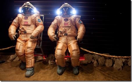 Pesquisadores tentando trajes espaciais utilizados na Mars500 antes de seu início (Foto: AP)