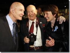 Os ex-astronautas Thomas Stafford, Alexei Leonov e Helen Sharman se encontram em Moscou (Foto: AP)