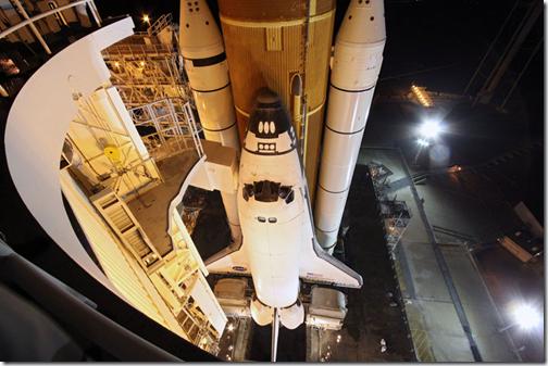Endeavour aguarda na plataforma de lançamento 39A do Centro Espacial Kennedy, na Flórida (Foto: NASA)