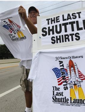 Morador de Cocoa Beach vende camisetas temáticas do voo do Atlantis (Foto: AP)