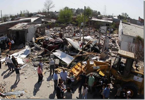 Escombros deixados por uma explosão em Esteban Echeverría, Argentina, ocorrida na madrugada de segunda-feira (Foto: Reuters)