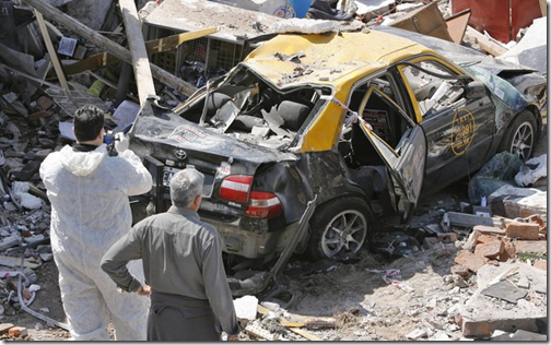 Um dos carros entre os escombros (Foto: EFE)