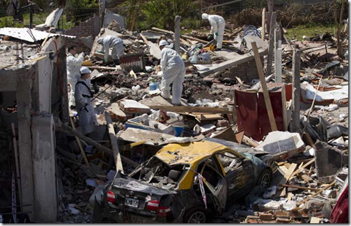 Equipes trabalham no local da explosão (Foto: AP)