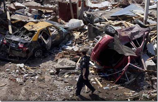 Policial entre os escombros (Foto: AP)