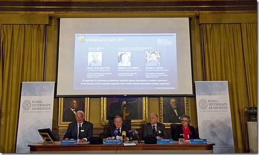 Membros do comitê anunciam os vencedores do Prêmio Nobel de Física de 2011 (Foto: Jonathan Nackstrand/France Presse)