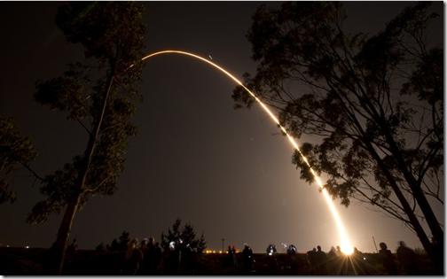 Rastro de luz no caminho aparente do Delta II levando o satélite NPP (Foto: NASA)