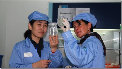 Pesquisadoras chinesa e alemã preparam amostras biológicas para o SIMBOX em laboratório da Academia Chinesa de Ciências (Foto: DLR)