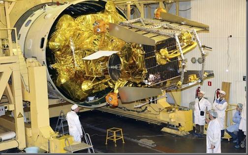 Phobos-Grunt em preparação para lançamento (Foto: AP)