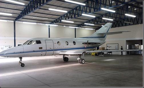 "Aeronave Falcon 10 ""Globeleza"" no hangar da EMCA (Foto: Eduardo Oliveira)"
