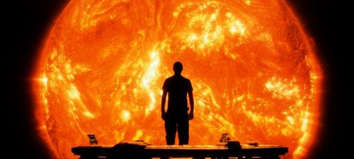 """Searl, personagem de Cliff Curtis observa o Sol em cena de """"Sunshine"""" (Foto: reprodução)"""