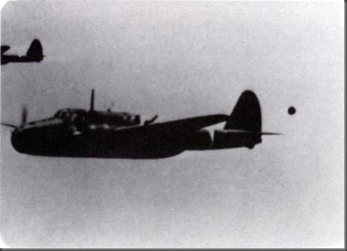 Estranho objeto fotografado próximo a aviões em voo durante a II Guerra