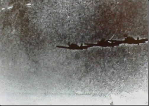 Estranhos objetos fotografados próximos a aeronaves militares na II Guerra
