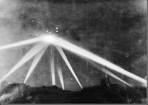 Batalha de LA: foto publicada em 26/02/1942 no LA Times mostrando misterioso objeto e explosões ao seu redor