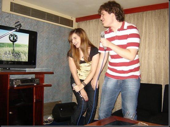 Camila e o namorado Oton cantando funk no karaokê