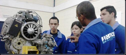 Formandos em aviônica em aula prática com o turbomotor Arriel 1 (Foto: Eduardo Oliveira)
