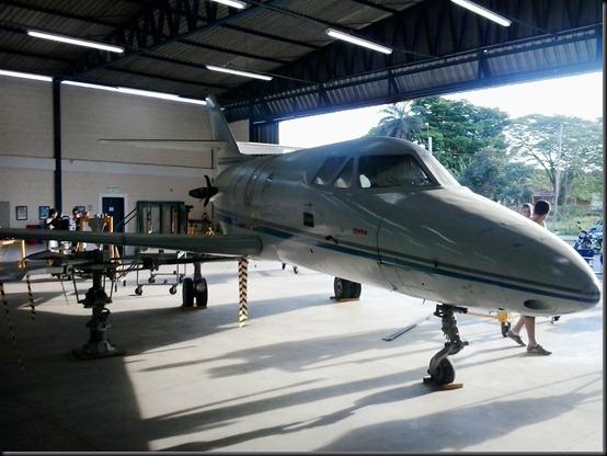Célula de Falcon 10 no hangar da EMCA (Foto: Eduardo Oliveira)