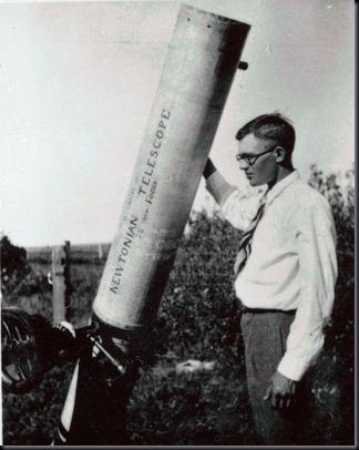 Clyde Tombaugh ao lado de seu primeiro telescópio (Foto: aqruivo do Blog)