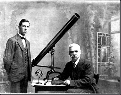H. P. Wilkins, à esquerda (Foto via Llianelli Community Heritage)