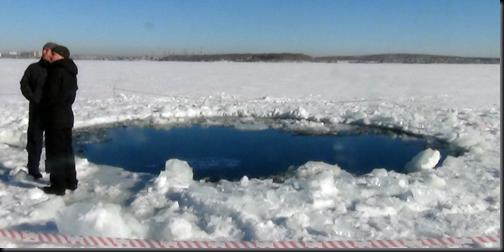Foto tirada pela polícia de Tchielabinsk mostra buraco de 6 m feito por fragmento do meteorito em lago congelado (Foto via G1)