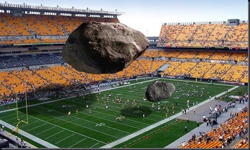 Ilustrsação do 2012 DA14 e do meteoro de Chelyabinsk comparados a um campo de futebol americano (Montagem: Michael Carroll; Foto de fundo: Bernard Gagnon)