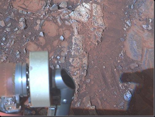 Esperança: rocha pálida no alto central da imagem do tamanho de um antebraço; imagem é uma composição de três exposições da câmera panorâmica em 28/03/2012 (Foto: NASA/JPL-Caltech/Cornell/Arizona State Univ.)