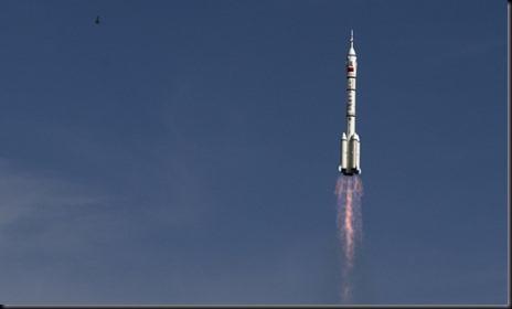 Lançamento da Shenzhou 10 (Foto: Andy Wong/AP)