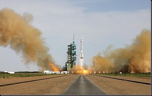 Lançamento do Longa Marcha 2-F com a Shenzhou 10 (Foto: Reuters)