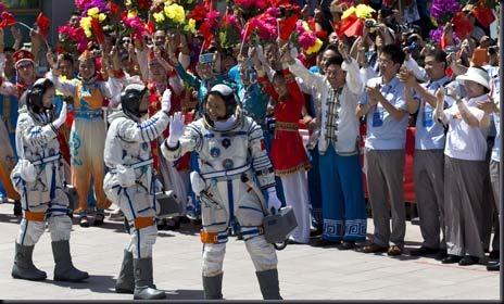 Tripulantes da Shenzhou 10 recebem o carinho do público (Foto: Andy Wong/AP)