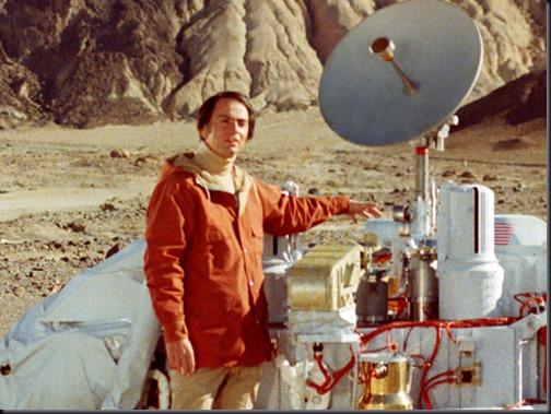 Sagan e réplica da sonda Viking (Foto: divulgação)