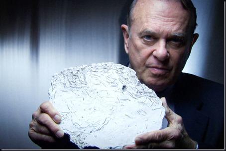 Charles Halt e molde de gesso de marca encontrada em Rendlesham (Foto: National Geographic)