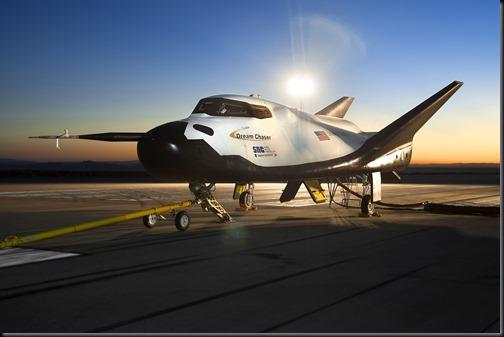 Nave Dream Chaser sendo preparada para testes no centro Dryden, da NASA, em 02/08/2013 (Foto: NASA/Ken Ulbrich)