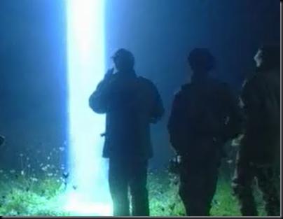 Reconstituição e feixe de luz vindo de objeto misterioso atingindo o chão próximo aos militares (Foto: History Channel)