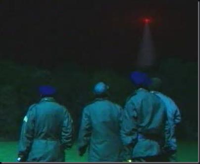 Encenação de grupo de militares observando luz vermelha disparando feixes de luz sobre a base na segunda noite do incidente (Foto: History Channel)