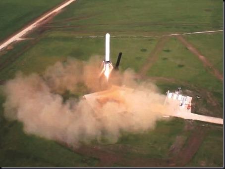 Teste do Gafanhoto em 19 de abril de 2013; foguete alcançou 250 metros (Foto: SpaceX)
