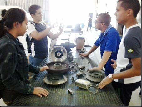 Alunos em bancada como turbomotor Arriel 1 desmontado (Foto: Eduardo Oliveira)